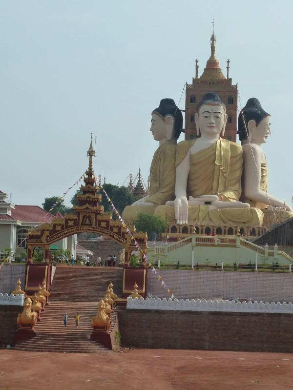 17.04.14: kurz vor Ye: ein acht-stöckiges Gebäude in der Form von sitzenden Buddhas, nicht zum erstmal in diesem Land sehen wir derart große Buddha-Abbildungen; 17th Apr 14: shortly before Ye: an eight-storey version of sitting Buddhas, not the first time in Myanmar that we see Buddha-images of such an immense size