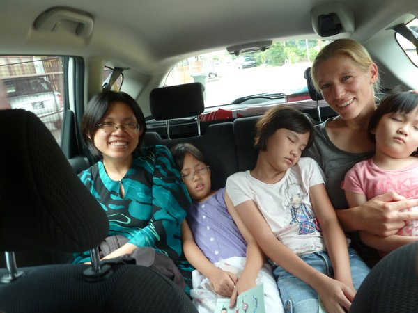 mit Jean, Jojo, Haley und ihrer Cousine auf dem Weg zum hari raya open house, with Jean, Jojo, Haley and their cousin on the way to a hari raya open house