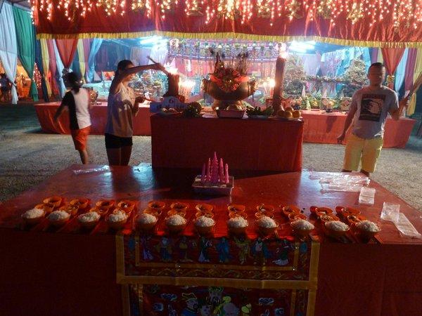 Das chinesische Geisterfest - in der Annahme, dass die Geister einmal im Jahr auf die Erde zurückkehren wird Ihnen Essen hingelegt ///// the Chinese Ghost Festival - in the assumption that the ancestor's spirits come back to Earth once per year, food offerings are made for them