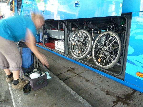 Verladen der Räder in den Bus nach Temerloh ///// putting the bikes into the bus to Temerloh