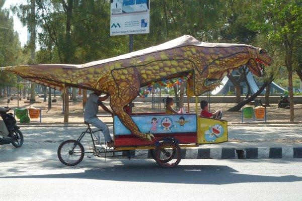 A Riksha cyclist with a funny shaped riksha. ///// Ein Rikschafahrer mit besonderem Gefährt.
