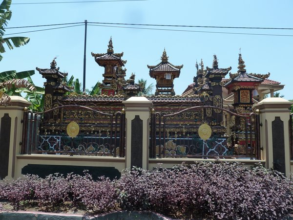 A Hindhu temple, although we are in Sumatra. ///// Ein Hindhutempel, obwohl wir noch auf Sumatra sind.