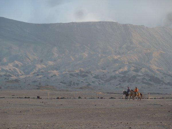 Bromo - as we visit the crater in the afternoon, the masses of tourists have left and the locals offering horse rides, ride home. ///// Bromo - Da wir den Vulkan am Nachmittag besuchen, sind die Massen an Touristen schon weg und die lokalen Verkäufer, reiten auf ihren Pferden (die sie sonst zum Transport anbieten) selbst nach Hause.