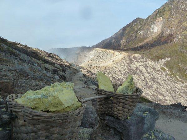 Ijen - the sulfur which the workers carry up to the crater rim and then down the mountain. ///// Ijen - Der Schwefel, den die Arbeiter zunächst zum Kraterrand hochtragen und ihn dann den Berg hinunter tragen.