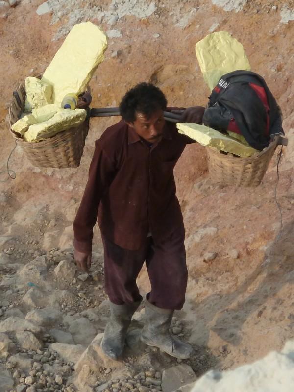 Ijen - a sulfur worker. It is very hard work (the weight is 50-80kg) - very bad for the back and the knees. ///// Ijen - die Schwefelarbeiter leisten sehr harte Arbeit (ein Doppelkorb wiegt zwischen 50-80kg) sehr schlecht für Rücken und Knie.