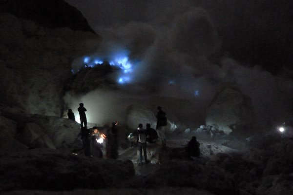 Ijen - the blue flames (at night the sulfur flames are blue). ///// Ijen - die blauen Flammen (nachts leuchten die Schwefelflammen blau).