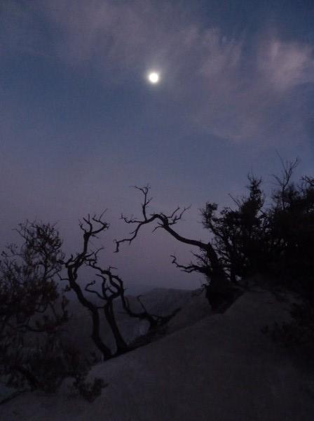 Ijen - the sun didn't rise yet. The moon is still visible. ///// Ijen - die Sonne ist noch nicht aufgegangen. Der Mond leuchtet noch.