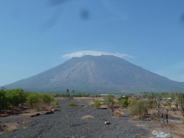 A vulcano in North East Bali, as seen from the Northern coastal road that we took ///// Ein Vulkan im Nordosten Balis, den wir von der nördlichen Küstenstraße aus sehen.