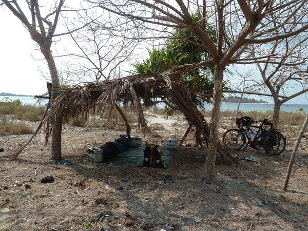 Robinson Crusoe atmosphere, Alex puts more dry leaves on the roof to give us some more shade. Later he cracks open a coconut - delicious ///// Robinson Crusoe lässt grüßen. Alex verbessert unser Palmendach und öffnet später eine Kokosnuss - lecker!