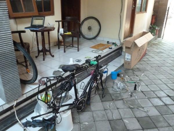 The last two days in Bali we have to clean (Australian strict laws!) and pack our bicycles and the luggage - so much work! ///// Die letzten zwei Tage auf Bali schrubben und verpacken wir unsere Räder und der Rest der Ausrüstung - puh, super viel Arbeit!