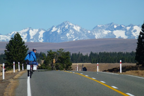 Cycling towards Lake Tekapo from Burkes Pass ///// Von Burkes Pass aus radeln wir Richtung Lake Tekapo.