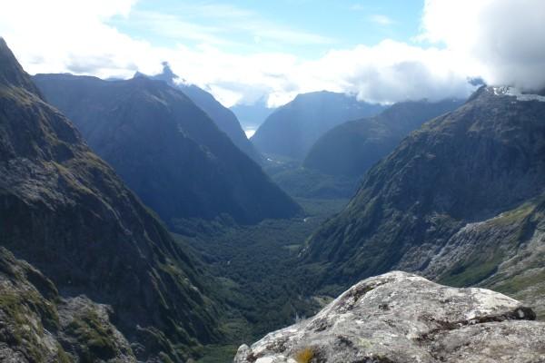 View from Gertrude Saddle (in the very far end you  can see Milford Sound) ///// Sicht vom Gertrude Saddle (ganz hinten im Bild kann man den Milford Sound sehen)