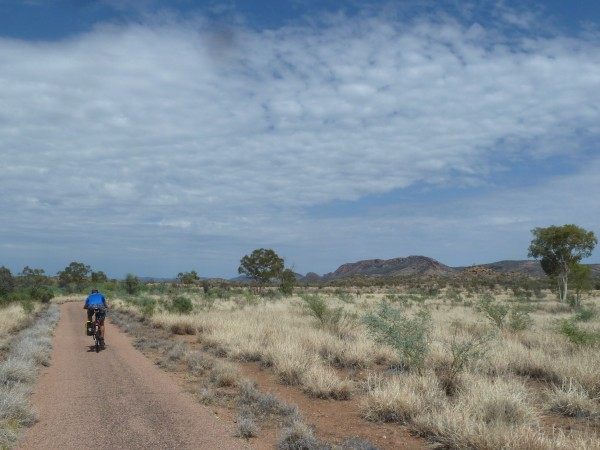 "West Mc Donnell Ranges - on our way to Simpson's Gap along a bicycle path ///// West McDonnell Range - auf unserem Weg zum ""Simpsons Kluft) entlang eines Radweges"