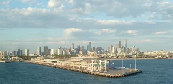 """Melbourne - Sicht auf den Hafen und die Skyline bei Abfahrt mit der """"Spirit of Tasmania""""-Fähre"""