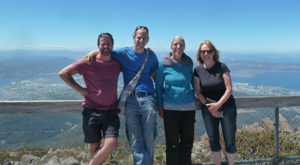 With Brett and Jacqui on the top of Mt. Wellington from where we can see Hobart stretch out below us ///// Mit Brett und Jacqui auf Mt. Wellington - von hier können wir ganz Hobart sehen.